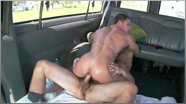 Dylan Likes cogiéndose a un putito muy caliente en su auto