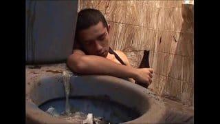 Latino de la calle muy ebrio chupando pollas en el baño