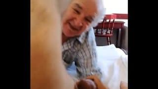 Mi abuelo disfrutando de mamarme la verga hasta sacarme toda la leche