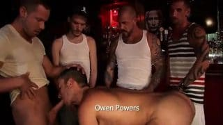 Orgía en un bar cuando todos se fueron y se adueñaron de mi culito