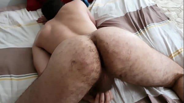 Pasivo peludo de buen culo entregándose en plena cuarentena