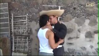Rancheros mexicanos entregándose al placer en la finca