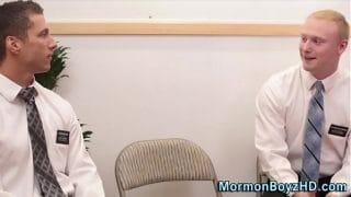 Amigos mormones muy estresados terminan follando en lugar de repartir la palabra