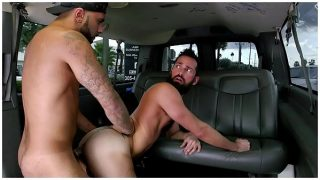 Flaco con un culito grande y rico disfrutando en la parte trasera de una camioneta