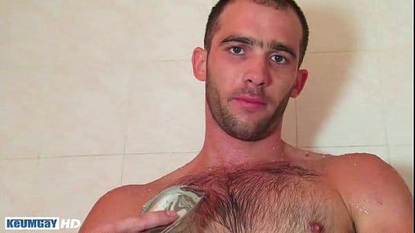 Hetero muy sexy sacándose la leche mientras se ducha