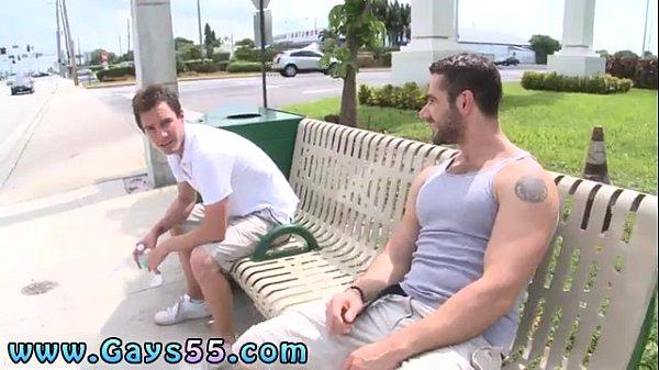 Musculoso en la calle convence de follar a un jovencito curioso