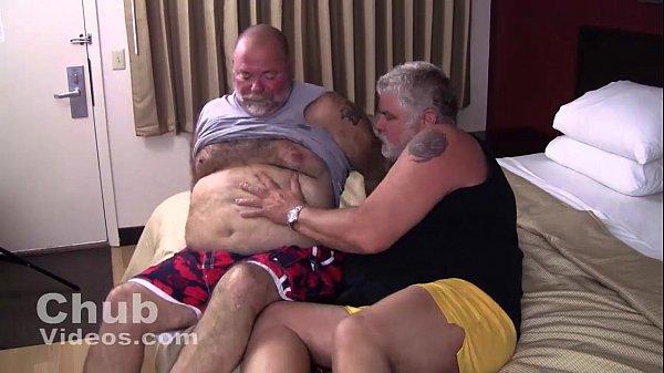 Osos maduros gordos y barbudos teniendo sexo entre ellos