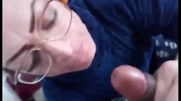 Travesti con cara de nerd le gusta comerse toda mi lechita