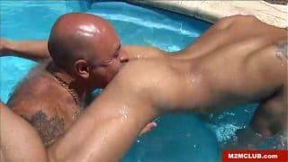 Maduro haciéndole un beso negro a su sobrino en la piscina