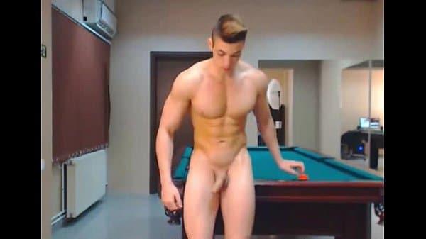Hetero rubio y musculoso jugando con su polla grande y gorda en webcam