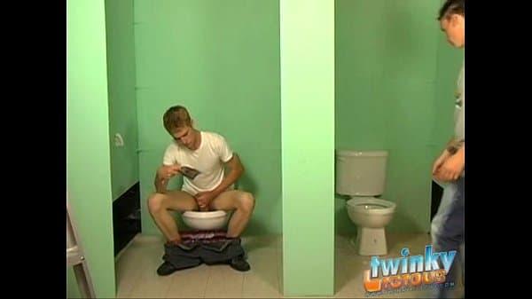 Rubio follando a un moreno desconocido en el baño
