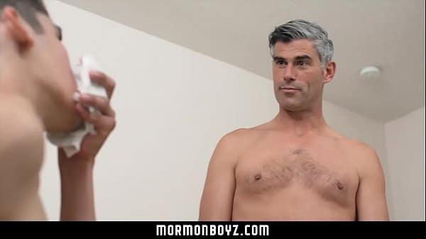 Atrapé a mi hijo oliendo mis boxers y mejor le di mi verga a mamar