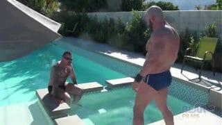Marc Angelo y Carlo Cox follando muy intensos en la piscina