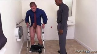 Hetero con muletas tuvo que ser ayudado por su compañero de trabajo en el baño