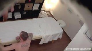 Rubio musculoso con un cuerpo escultural dejando que el masajista se lo folle