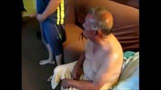 Mi abuelo se puso cachondo y me pidió que le partiera el culito