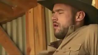 Vaquero maduro le enseña a un rubio curioso a satisfacer a un macho