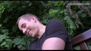 Bisexual rubio hace un casting porno en un bosque
