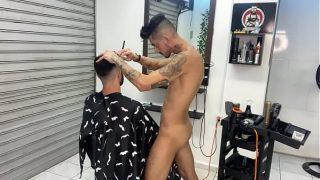 El barbero me ofrece el servicio de lujo y hasta se traga mi leche