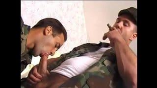 El comandante obligando a sus cabos que entreguen el culo para seguir en el cuartel