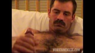 Maduro muy guapo me manda su pack mientras su esposa se está bañando
