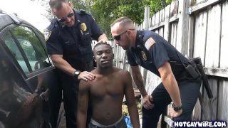 Policías pasivos obligan a un morocho a que les rompa el culete