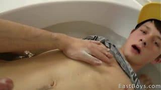 Jugando con un hetero curioso mientras le rompo el culo en la ducha
