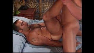 Musculoso latino dejando que un gringo le rompa el culo bien duro