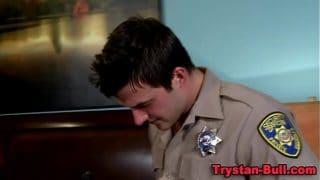 El policía obliga al ladrón que arrestó a entregar el culo